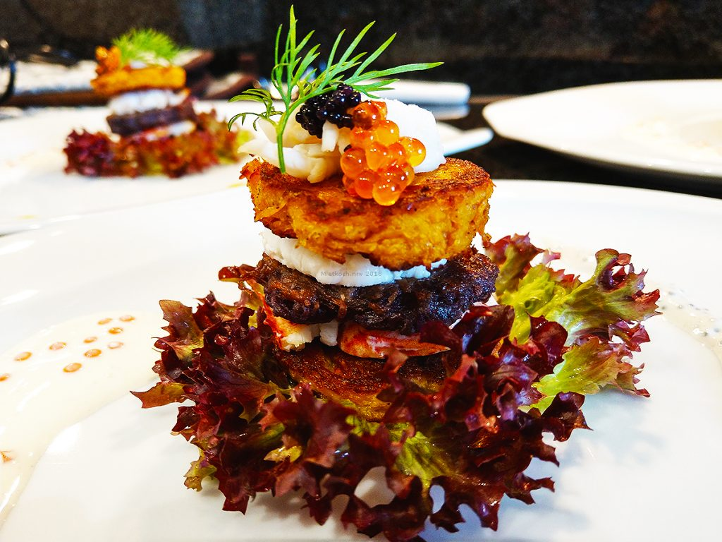 Sanft temperiertes Türmchen von dreierlei Kartoffelbrätlingen und Humer, mit einem Duett von Kaviar-Saucen