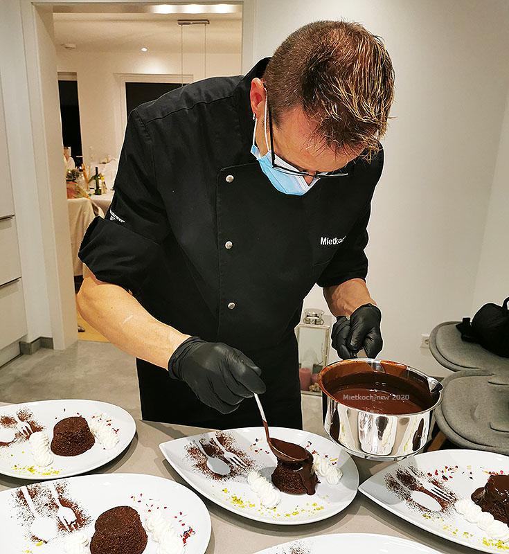 Mietkoch Christian Pukownik bei der Arbeit in der Küche